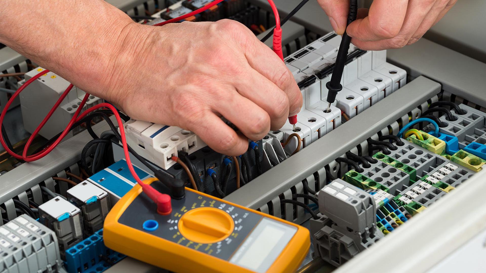 requisiti fondamentali per intraprendere il mestiere di elettricista
